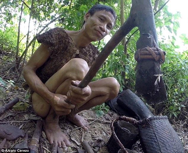 """Hình ảnh mới về """"người rừng"""" Hồ Văn Lang gây sốt trên báo quốc tế - 1"""