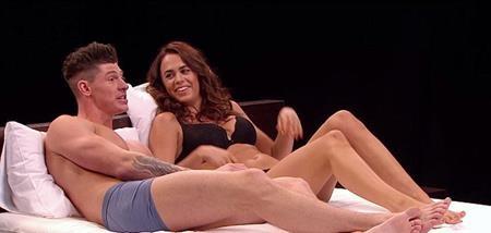 Cặp đôi Lauren và Sam thoải mái trò chuyện trên giường