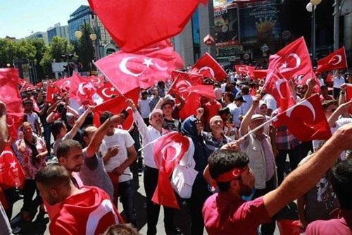 Người dân Thổ Nhĩ Kỳ xuống đường bày tỏ sự ủng hộ với Tổng thống  Recep Tayyip Erdogan hôm 16-7 ở thủ đô Ankara. Ảnh: AFP