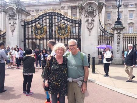 Cặp đôi đứng trước cung điện Buckingham ở Anh
