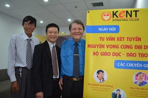 Ông Nguyễn Quốc Cường, Chuyên viên Tư vấn tuyển sinh Cơ quan đại diện Bộ GD-ĐT (ngoài cùng bên trái) trong ngày hội Hướng nghiệp do trường Cao đẳng Quốc tế Kent tổ chức ngày 18/7/2015.