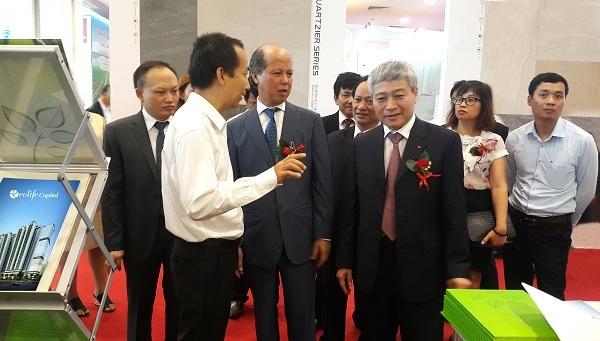 Tổng giám đốc Capital House Đỗ Đức Đạt giới thiệu các giải pháp công trình xanh với Thứ trưởng Bộ Xây dựng Bùi Phạm Khánh, Chủ tịch VNREA Nguyễn Trần Nam cùng các lãnh đạo UBND TP Hà Nội tại Triển lãm