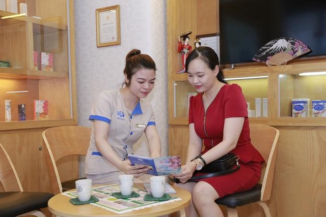 Chị Thúy Hà được nhân viên tại Bloom Spa tư vấn