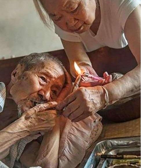 Mặc dù nghiện thuốc lá nhưng cụ Liu vẫn sống rất thọ.
