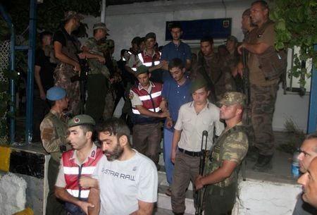 Thổ Nhĩ Kỳ bắt giữ những nhân vật tình nghi có liên quan đến đảo chính. Ảnh: Reuters