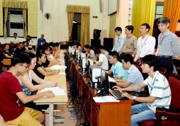 Thí sinh nộp hồ sơ đăng ký xét tuyển tại trường ĐH Kinh tế quốc dân