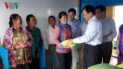 Ông Nguyễn Sơn Thủy Tổng lãnh sự tại Battambang tặng quà cho bà con Việt kiều.