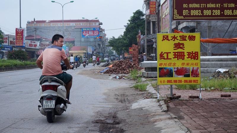 Cũng trên mặt đường 271, đoạn qua phường Đồng Kỵ, biển hiệu này không có chữ nào tiếng Việt.