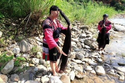 Khoảng 60 phụ nữ tại ngôi làng Huangluo đều có tóc dài hơn 1m và một người trong số này có tóc dài tới 2,1 m.