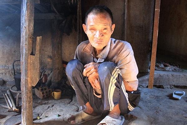Người cha Hồ Văn Thanh bị tâm thần chỉ biết ngồi một chỗ