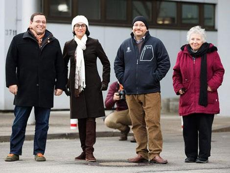Nhà báo jason Rezaian (thứ hai phải sang) cùng vợ, anh trai và mẹ tại bệnh viện quân y landstuhl (Đức) sau khi được trả tự do.