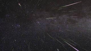 Hình ảnh một cơn mưa sao băng Perseid làm thắp sáng bầu trời đêm tháng 8/2009. Các nhà thiên văn mong đợi một trận bùng nổ tương tự của Perseid vào cuối tuần này. (Ảnh: NASA)
