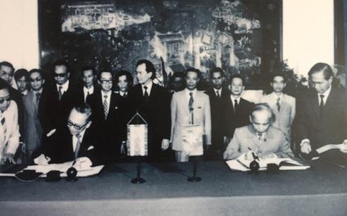 Ông Bhichai và Nguyễn Duy Trinh ký hiệp định thiết lập quan hệ ngoại giao VN-TL vào năm 1976 tại Hà Nội.