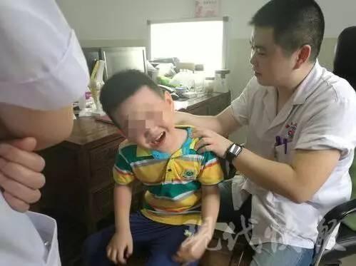 Bé trai 6 tuổi bị lệch cổ vì chơi điện thoại - 1
