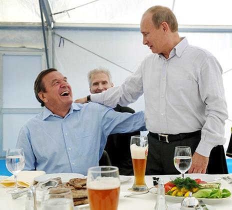 Vladimir Putin và Gerhard Schroeder trong cuộc gặp mặt những người tham gia thực hiện dự án Dòng chảy Phương Bắc tại trạm nén khí Portovaia, năm 2011. Ảnh: Alexander Mudrats / TASS