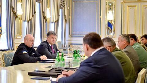Tổng thống Ukraine Petro Poroshenko họp với Hội đồng An ninh Ukraine. Ảnh: Reuters