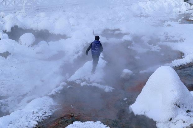 Nước suối ở khe núi Paektu vào mùa đông được dùng để luộc trứng bán cho khách du lịch.