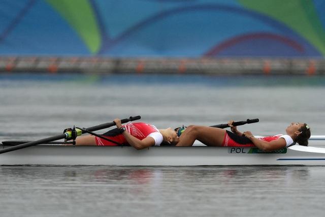 Hai vận động viên Ba Lan kiệt sức sau khi hoàn thành phần thi đua thuyền của mình.