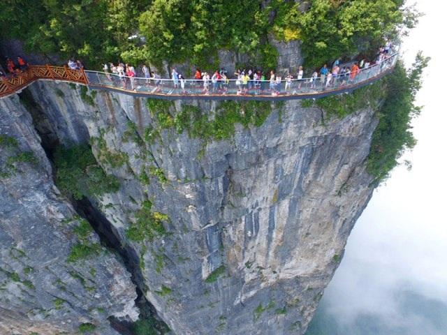 Rùng mình đi trên cây cầu kính cao 1.400 mét - 1