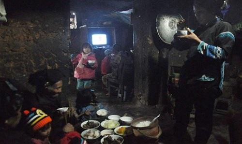 Phụ nữ Hà Nhì đi làm dâu phải ăn cơm đứng.