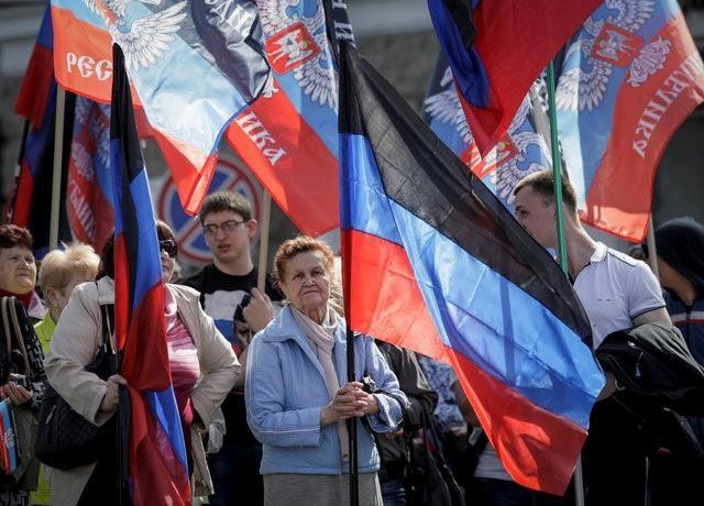 Người dân cầm cờ của Cộng hòa Nhân dân Donetsk tự xưng khi tham gia tuần hành, kỳ niệm 2 năm thành lập nền cộng hòa này tại Donetsk, Ukraina, hôm 9/4/2016. (Ảnh: Reuters)