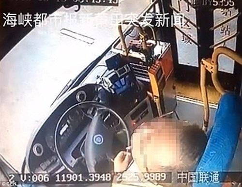 Tài xế đang lái xe buýt bất ngờ gục chết trên vô lăng - 2
