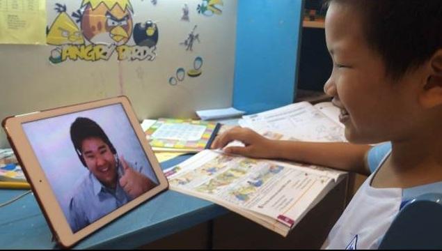 Một bạn nhỏ đang theo học tiếng Anh online một thầy một trò với giáo viên nước ngoài tại HomeClass.vn