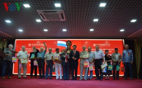Các cựu chiến binh Nga và đạ diện lãnh đạo các tổ chức tham gia buổi giao lưu nhận huy hiệu Bác Hồ và kỷ niệm chương Truyền thống.