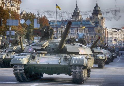 Xe tăng đi dọc con phố chính Khreshchatyk Street trong một buổi diễn tập diễu hành quân sự, trước kỷ niệm ngày Độc lập Ukraine, ở Kiev hôm 22/8.