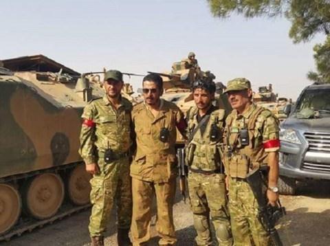 Lính Thổ Nhĩ Kỳ chụp ảnh cùng chiến binh FSA.
