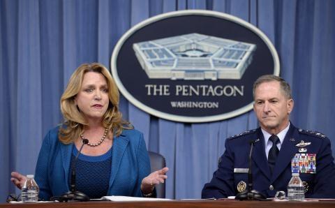 Thư ký Bộ trưởng Không quân Mỹ Deborah Lee James (trái) và Tham mưu trưởng Không quân Mỹ, Tướng David Goldfein (phải). Ảnh: Không quân Mỹ