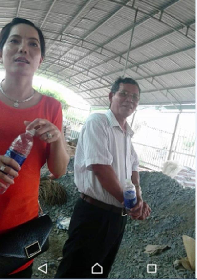 Ông Trần Khiêu và bà THL bên công trình đang xây dựng.