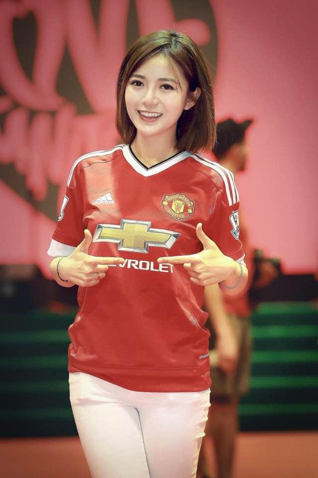 Cô nàng được mệnh danh là hot girl MU khi đặc biệt yêu thích và am hiểu đội bóng này.