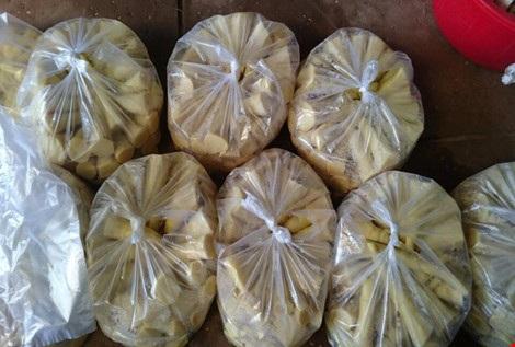 Khi ngâm và sơ chế xong, măng sẽ được đóng gói chuyển xuống các chợ đầu mối tại TP.HCM.
