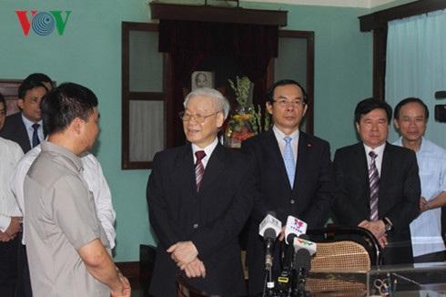 Tổng Bí thư trò chuyện với cán bộ, nhân viên Khu di tích Chủ tịch Hồ Chí Minh trong Phủ Chủ tịch