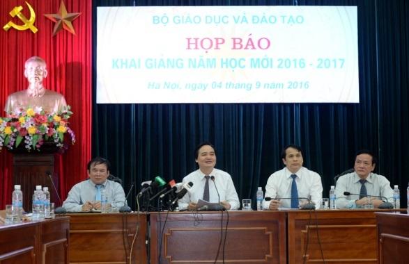 Bộ trưởng Bộ GD&ĐT Phùng Xuân Nhạ chủ trì buổi họp báo (Ảnh: Mạnh Thắng)