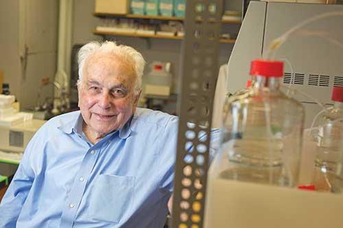 Giáo sư Paul Talalay dành hết cuộc đời nghiên cứu về phương pháp phòng chống ung thư