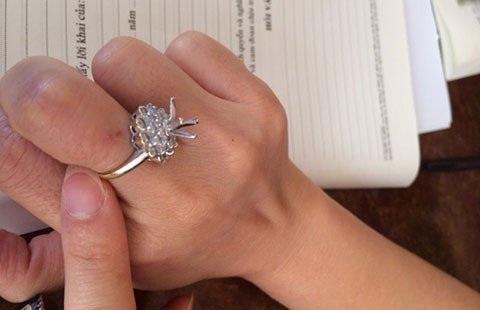 Ngón tay của chị N. bị trầy xước, viên kim cương đã bị tháo khỏi chiếc nhẫn.