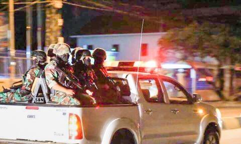 Những binh lính đeo mặt nạ và mang vũ khí. Ảnh: Khmer Times
