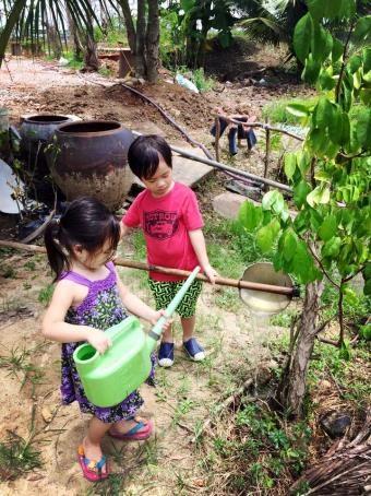 Rio và Cherry hào hứng tưới cây, bắt cá mỗi khi được về quê