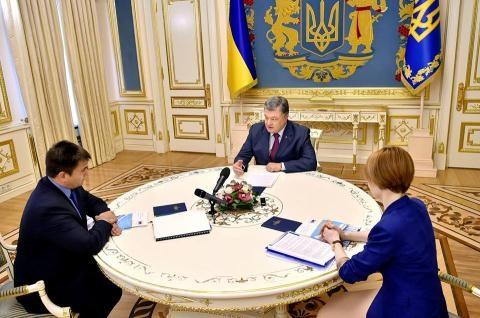 Ông Poroshenko làm việc với Bộ Ngoại giao Ukraine về đơn kiện Nga. Ảnh: UA Today