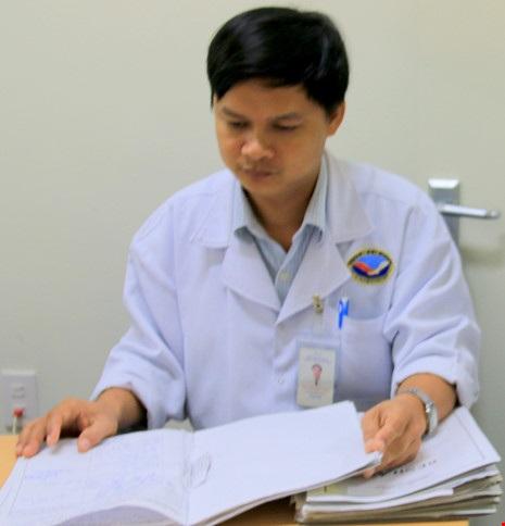 Ông Nguyễn Văn Trực (Phó Trưởng khoa Nhi) cũng cho rằng đã hết sức cứu chữa cho cháu bé. Ảnh: HUY TRƯỜNG