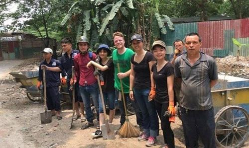 Cứ đến cuối tuần, James và các thành viên của Keep Hanoi Clean lại tìm đến những nơi tập trung rác bẩn để dọn dẹp. Ảnh: Nhã Khanh.