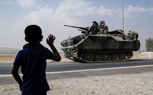 Xe tăngThổ Nhĩ Kỳ đang tiến về biên giới Syria. Ảnh:AP.