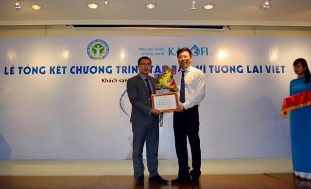 Ông Doãn Ngọc Hải Viện trưởng Viện Sức khỏe nghề nghiệp và Môi trường trao chứng nhận tài trợ 75 triệu lít nước tinh khiết cho TGĐ công ty CP Karofi Việt Nam ngày 16/9.