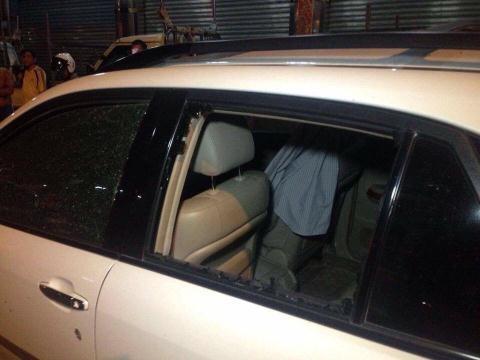 Chiếc xe màu trắng vỡ tan cửa kính sau vụ nổ. Ảnh: Khmer Times