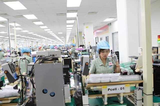 Người Việt đang chịu phận làm thuê cho các doanh nghiệp ngoại. Ảnh: Thái Bình