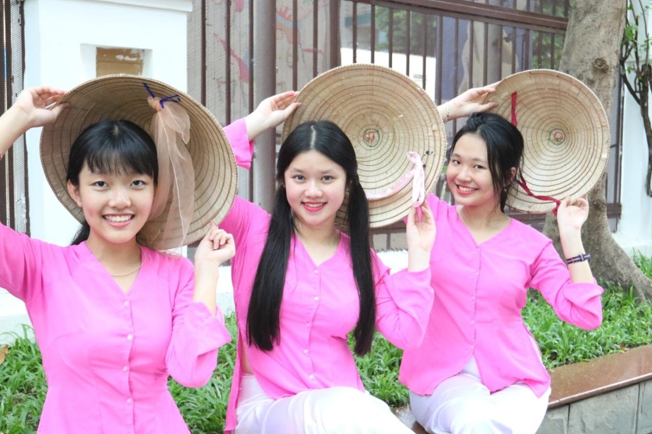 Nữ sinh Trường Quốc tế Á Châu duyên dáng trong trang phục truyền thống đậm chất Nam bộ.