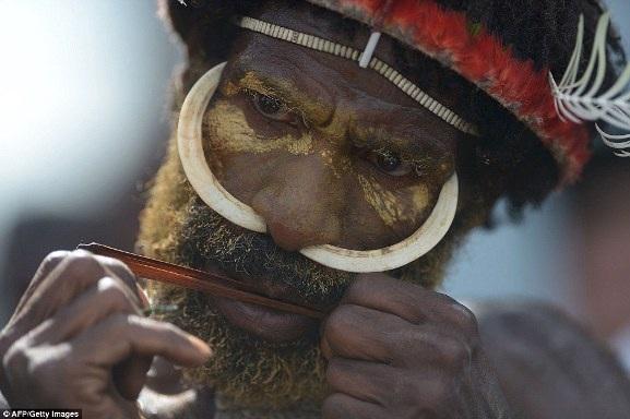 Một người trong bộ tộc Dani chơi nhạc cụ truyền thống có tên là PIKON trong lễ hội thung lũng Baliem hàng năm