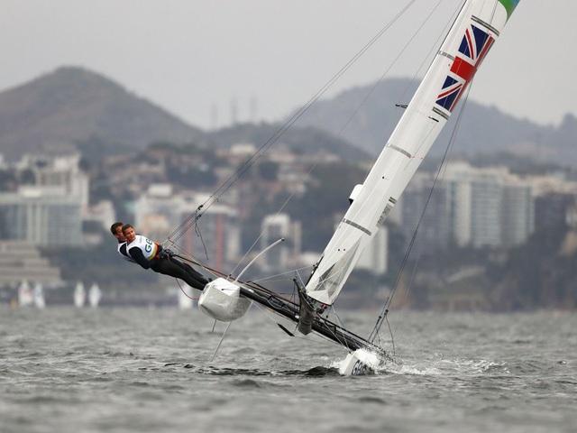Hai vận động viên người Anh đang cố gắng kiểm soát con thuyền của mình trước những cơn gió lớn.